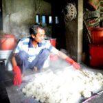 Gạo sau khi nâu thành cơm được canh đều để vào men